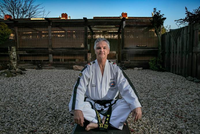Peter Sanders (60) is grootmeester taekwondo en is ook bedreven in de verwante Koreaanse vechtsporten hapkido en teukgong moosool.
