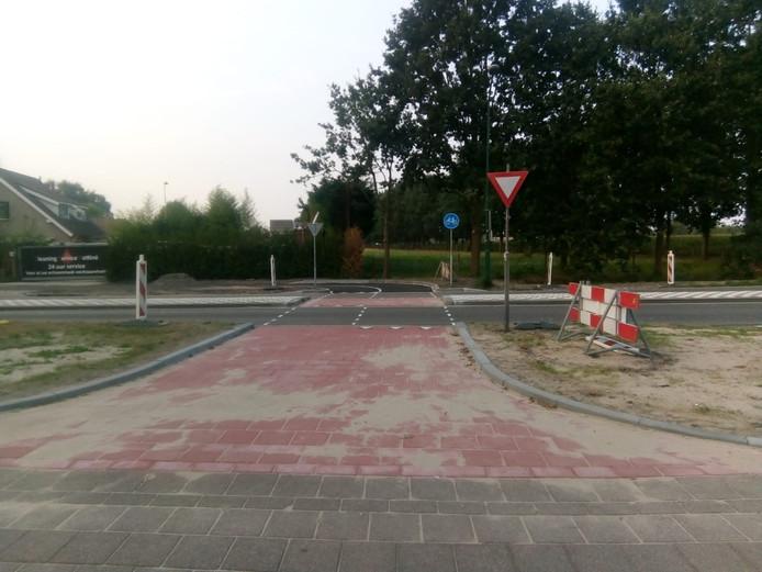 De nieuw aangelegde oversteekplaats voor fietsers op de Bevrijdingsweg in Kaatsheuvel.