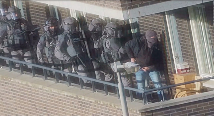 Een still uit camerabeelden van de politie legt een inval vast in een van de woningen van een verdachte op 27 september.