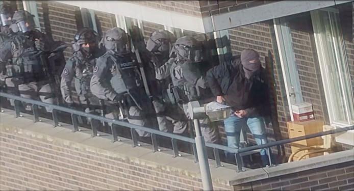 Een still uit camerabeelden van de politie leggen de arrestaties van zeven mannen vast tijdens een grote anti-terreuractie in september waarbij een mogelijke aanslag is verijdeld.
