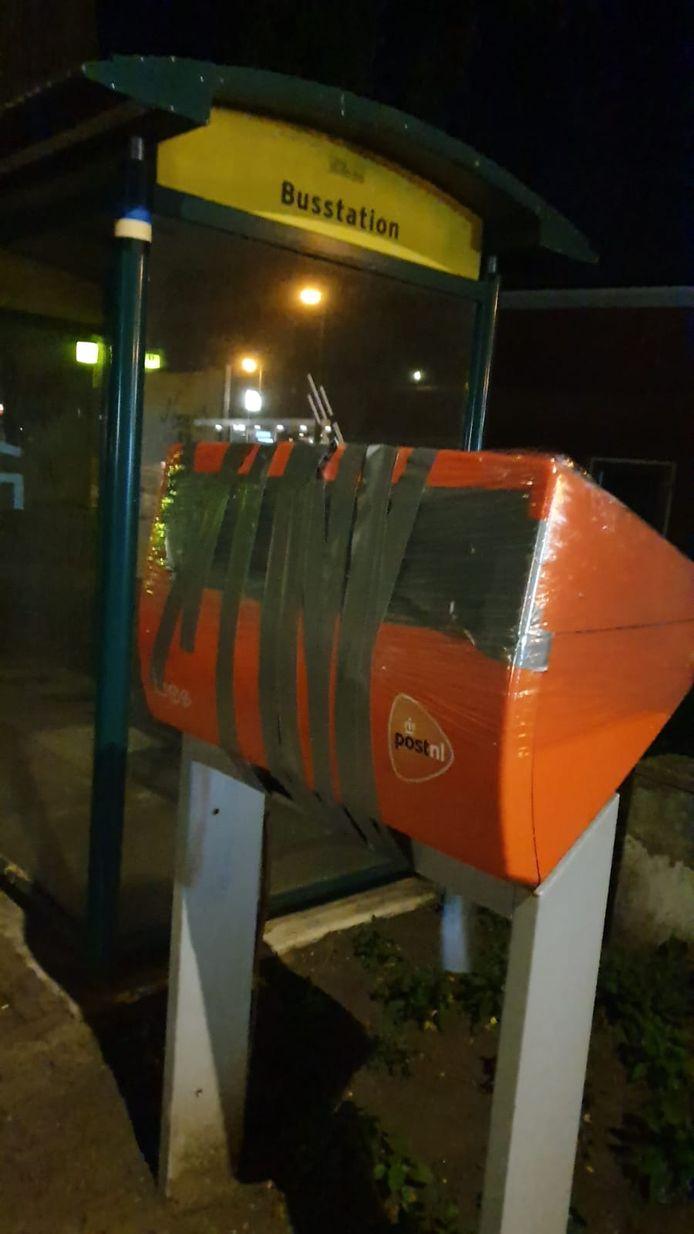 Een afgeplakte brievenbus in Vorden.