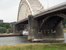 Abseilende hulpverleners redden opvarenden gestrande boot