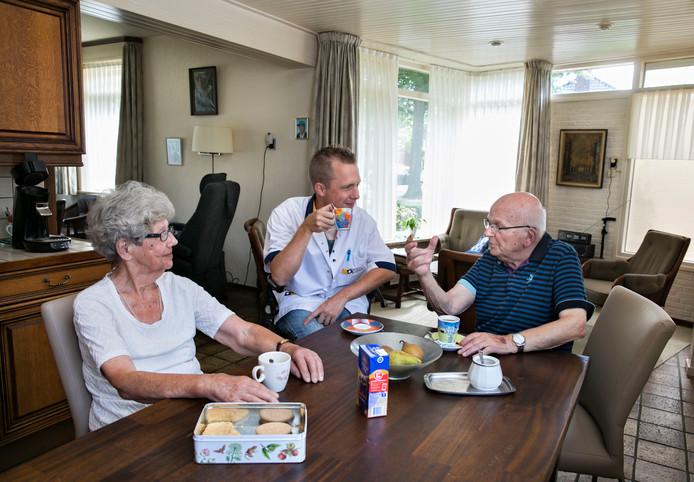 Wijkverpleegkundige Nick van de Mortel aan tafel bij Door en Piet Wilde in Helmond. Even tijd voor koffie.
