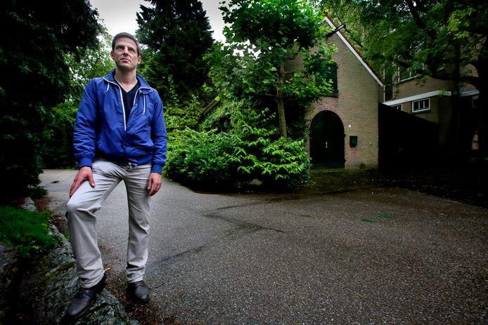 Feike Waalboer, bestuurslid van de Stichting Park Merwestein bij het gebouwtje het Werfje.