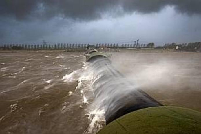 Een paar keer per jaar wordt bij harde wind de balgstuw bij Ramspol gesloten.