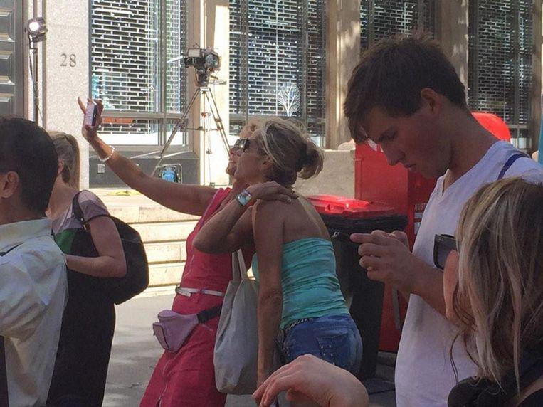 Ook deze vrouwen namen selfies terwijl de aanwezigen van de koffiebar in Sydney door een terrorist werden gegijzeld.