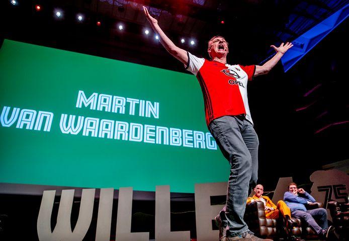Willem van Hanegem (rechts) moet lachen om cabaretier Martin van Waardenberg,