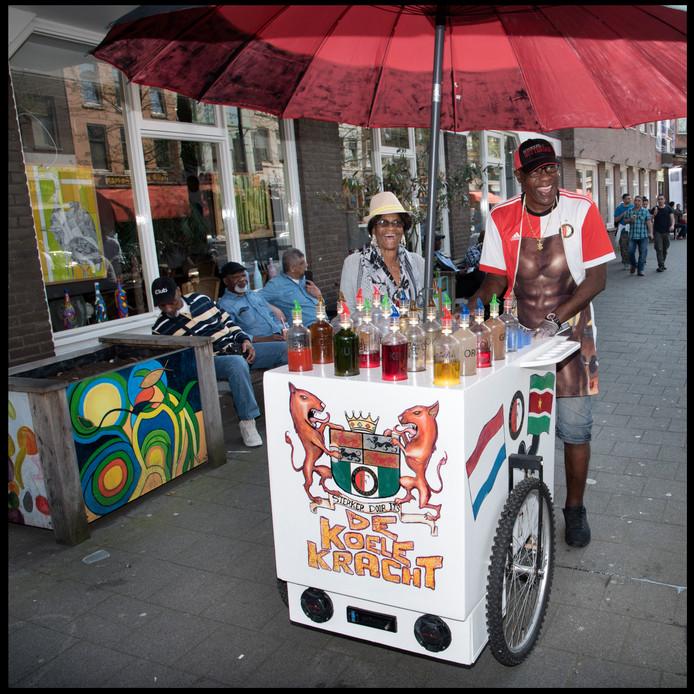 Sjors 'de Koele Kracht' heeft een ijswagen in Feyenoordstijl. Hij is met mooi weer te vinden op de Kruiskade.