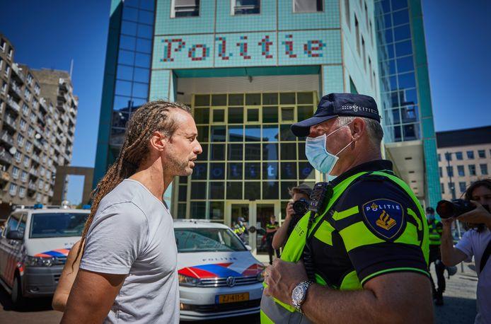 Willem Engel van Viruswaarheid, voorheen Viruswaanzin, bij het politiebureau aan het Doelwater in Rotterdam.