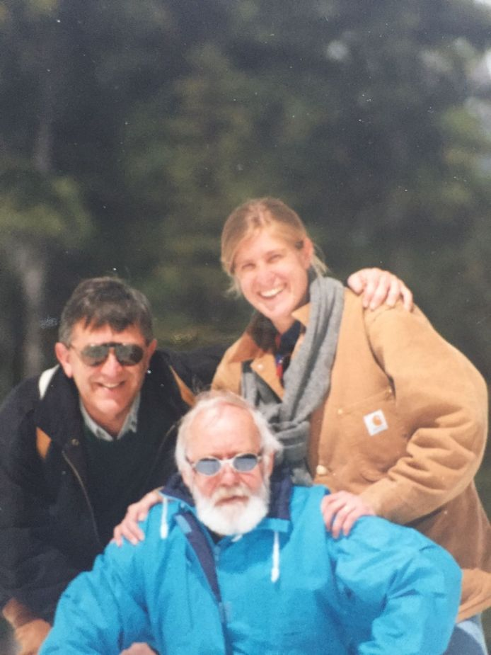 Elien Rienstra samen met haar vader (links) en schoonvader.