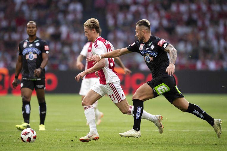 Peter Zulj (r) probeert Ajax-talent Frenkie de Jong de bal te ontfutselen.