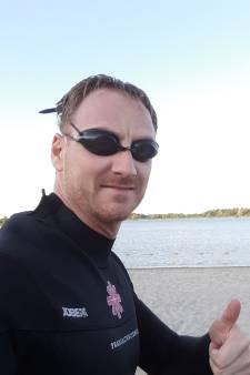 Luc van den Broek uit Helmond zwemt in Friesland tegen kanker