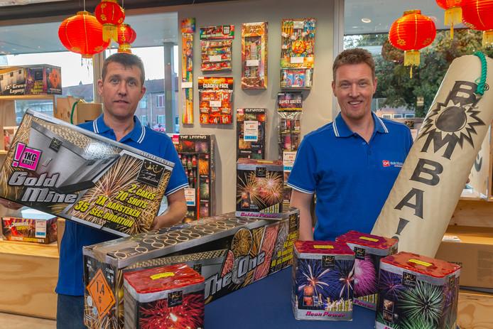 Vuurwerkliefhebbers moeten nog een paar dagen wachten, dan mag het vuurwerk de lucht in. Vandaag start de losse verkoop in de winkels. Gerjo (links) en Adri-Jan Rigter van Gait Rigter in Zwolle hebben er zin in.