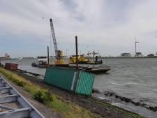 Containers waaien van binnenvaartschip af op Nieuwe Waterweg bij Hoek van Holland