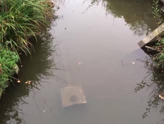 Gestolen flitspaal na ruim een maand teruggevonden in beek