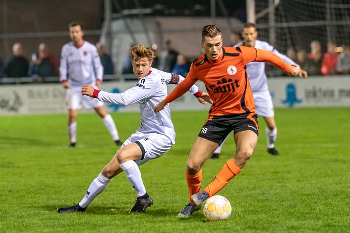 Damon van Hoften aan de bal in het oranje van De Bataven.