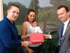 Baby Sam uit Druten krijgt eerste 'brandweerkoffertje'