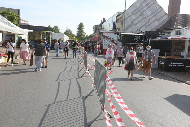 Markt in Halle tijdens de coronacrisis: een afgebakend parcours is voor de klanten uitgestippeld.