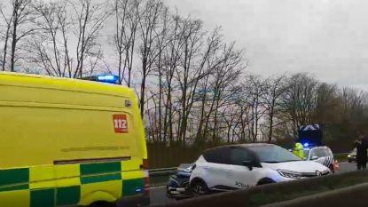 VIDEO. kop-staartbotsing met drie wagens op de E40 in Merelbeke