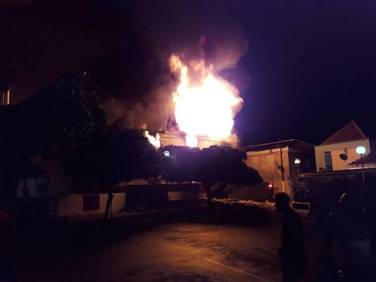 De verwoestende brand maakte het familiehuis onbewoonbaar.