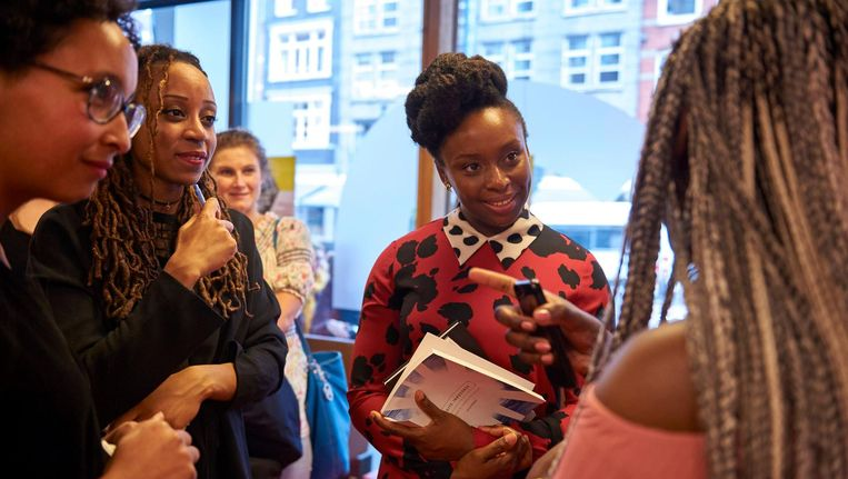 Chimamanda Ngozi Adichie in gesprek in vrouwenkenniscentrum Atria in Amsterdam.