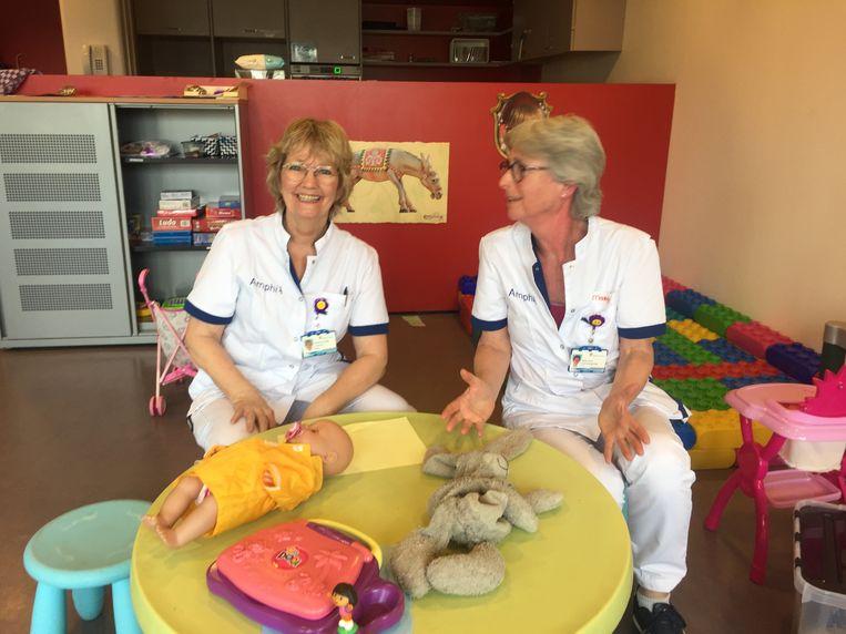 Verpleegkundigen Francet (links) en Margot vangen nu de kinderen van collega's op. Beeld Volkskrant