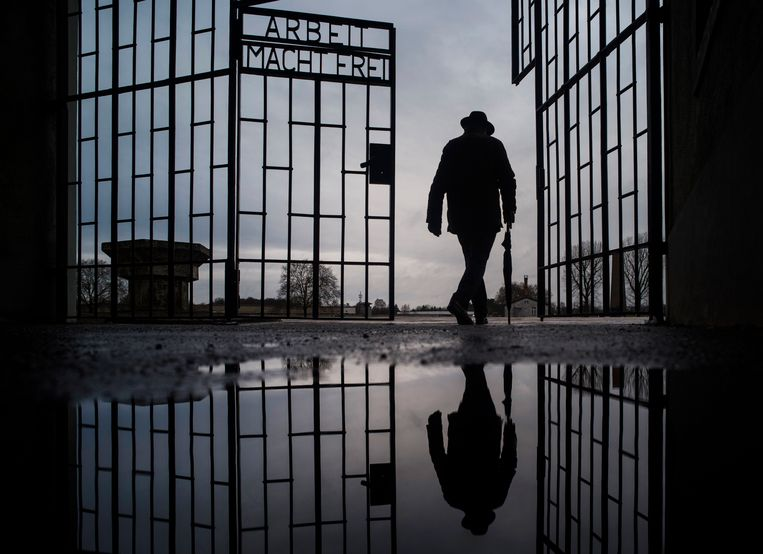 Een man wandelt door de poort van voormalig concentratiekamp Sachsenhausen in Oranienburg, Duitsland. Beeld AP
