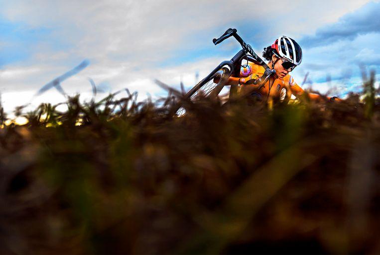 Alvarado klimt in de laatste ronde een heuvel op. Beeld Klaas Jan van der Weij