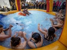 Blote billen en bijnamen tijdens doop Tunafestival in Eindhoven