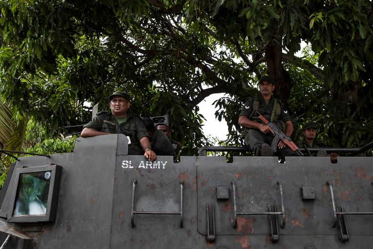 Militairen op een pantserwagen bij de St. Sebastiankerk in Negombo. Beeld REUTERS