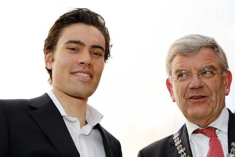 De Utrechtse burgemeester Jan van Zanen (R) met renner Tom Dumoulin Beeld anp