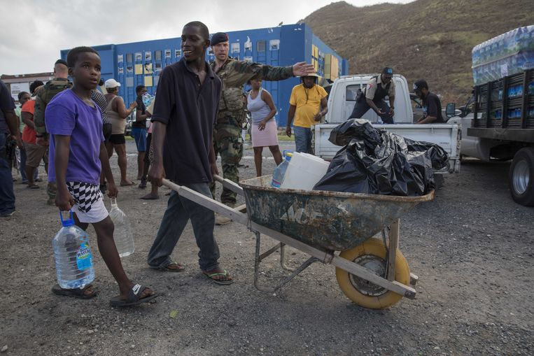 Nederlandse militairen deelden gisteren drinkwater uit in Dutch Quarter, Sint-Maarten. Beeld ANP