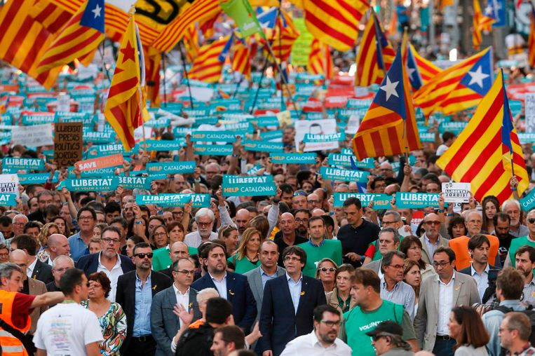 De partij van huidig vicepremier Oriol Junqueras (vooraan centraal links met baard) zou de grootste partij worden bij de verkiezingen, de partij van premier Puigdemont (vooraan centraal rechts) zou zwaar verlies lijden.