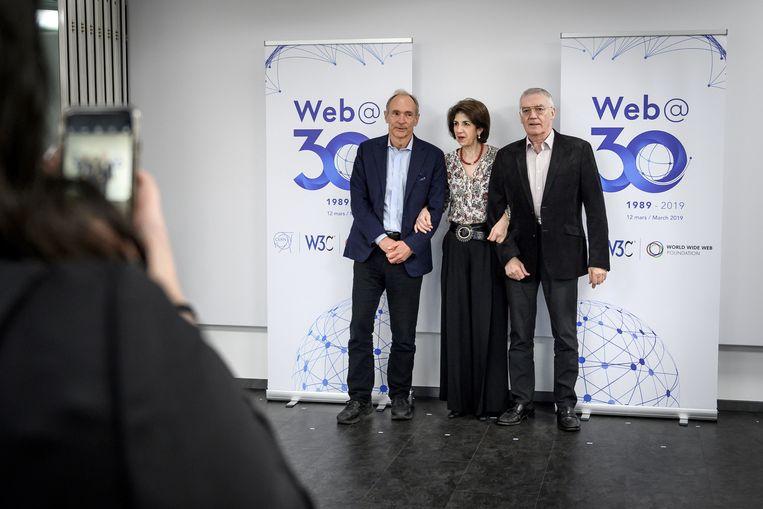 Tim Berners-Lee poseert met de directeur-generaal van het CERN, Fabiola Gianotti, en met onze landgenoot Robert Cailliau.