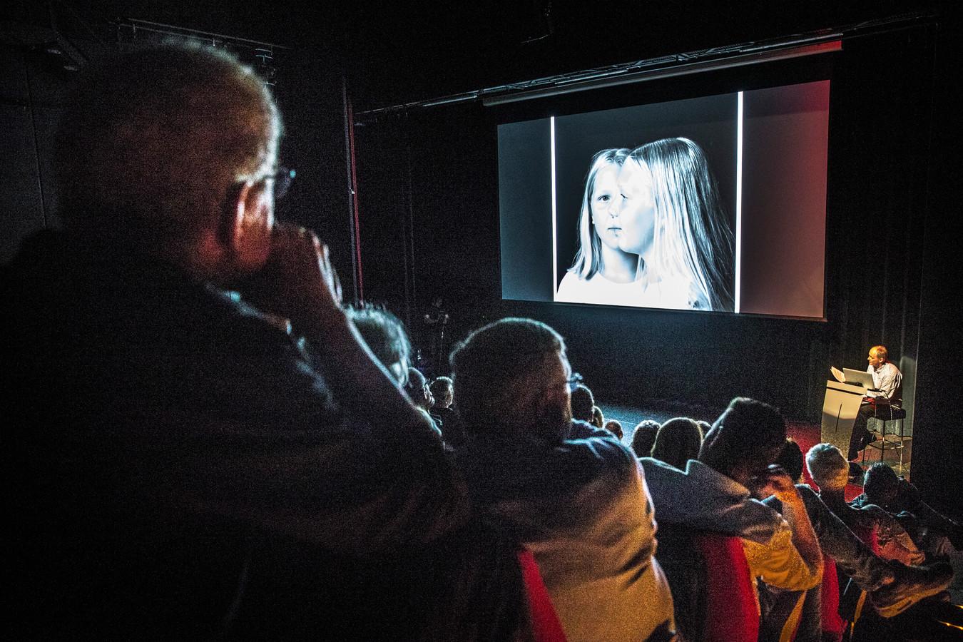Sfeerbeeld van winnares Ellis Middelhuis tijdens de finale fotowedstrijd Het Perfecte Plaatje van Haaksbergen