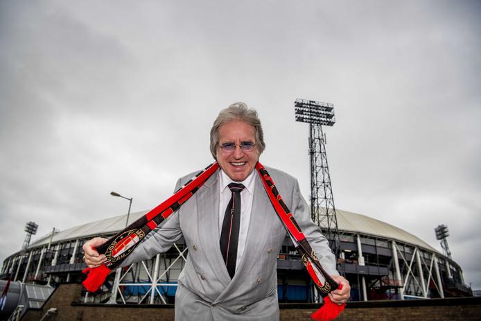 'Mister Feyenoord' Lee Towers poseert voor het stadion van Feyenoord in Rotterdam.