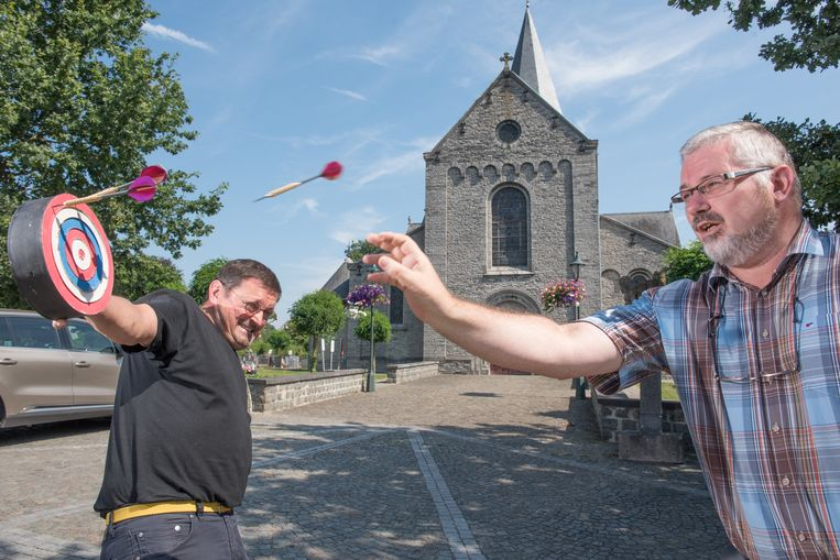 Geert Polfliet (links) en Rob Willems wagen zich alvast aan een spelletje vogelpik.