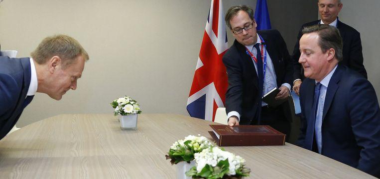 Voorzitter van de Europese raad Donald Tusk (l) en de Britse premier David Cameron (r). Beeld epa