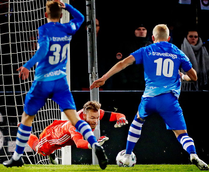 Feyenoord-keeper Nick Marsman stort zich op de bal voordat PEC Zwolle-spits Lennart Thy (10) kan scoren.