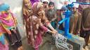 Een door IHH in Pakistan aangelegde waterput, met de naam van de initiatiefnemer erop.