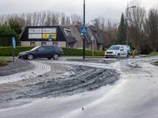 Lading klei op de weg in Mijdrecht zorgt voor hinder voor automobilisten