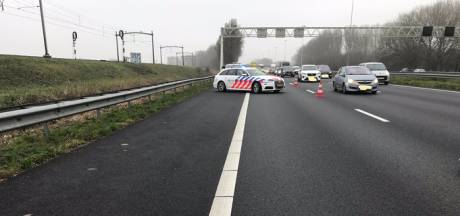 Automobilisten zetten stomdronken bestuurster aan de kant op A16; politie verbijsterd