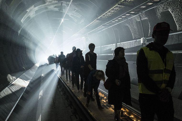 Het licht in de tunnel heeft een spookachtig effect, maar de bezoekers zijn er weg van.