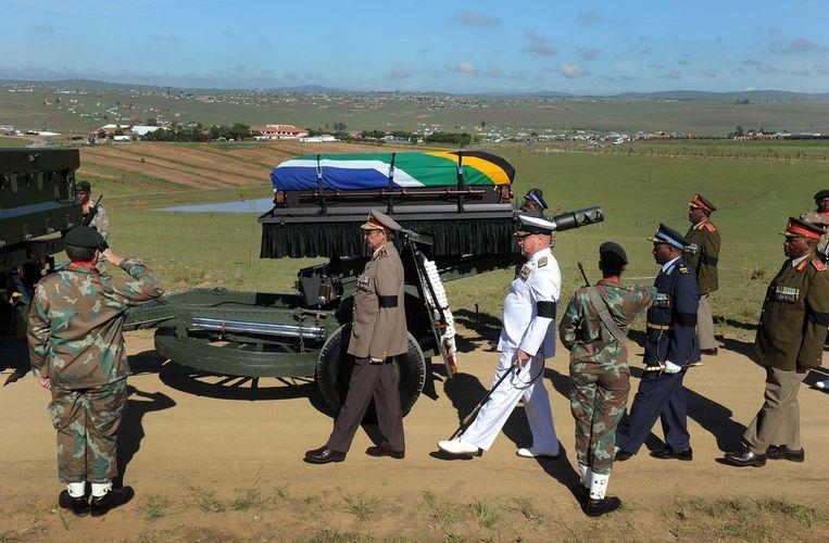 De kist met Mandela arriveerde met een militaireparade op een wapenvoertuig. Beeld ap