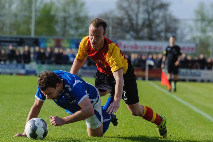 Thijs Nieuwmeijer duikt bovenop zijn directe tegenstander. Het ging er bij vlagen hard aan toe bij TVC'28 - Stevo.
