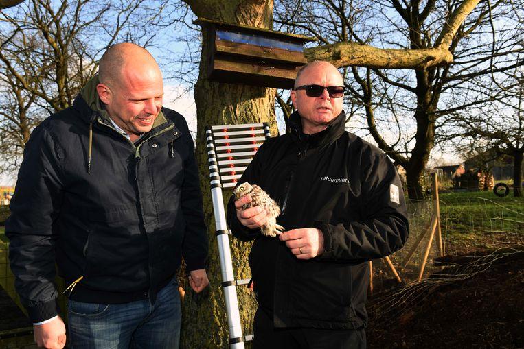 Theo Francken (N-VA) en Benny L'Homme van Natuurpunt vangen een uiltje.