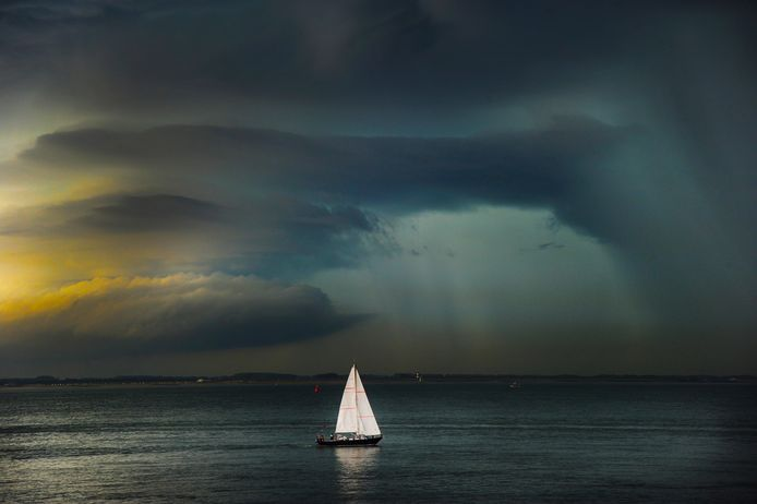 Onweerswolken boven de Westerschelde. foto Lex de Meester