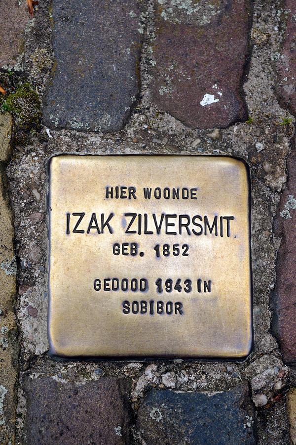 Een Struikelsteen uit Borne, een van de Nederlandse gemeenten waar de gedenkstenen al bij de woningen van weggevoerde Joodse Nederlanders zijn neergelegd.
