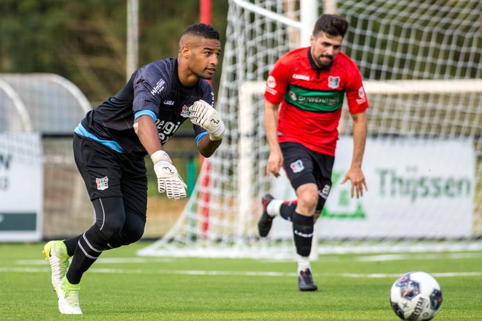 NEC-doelman Gino Coutinho in actie tegen de amateurs van NEC.