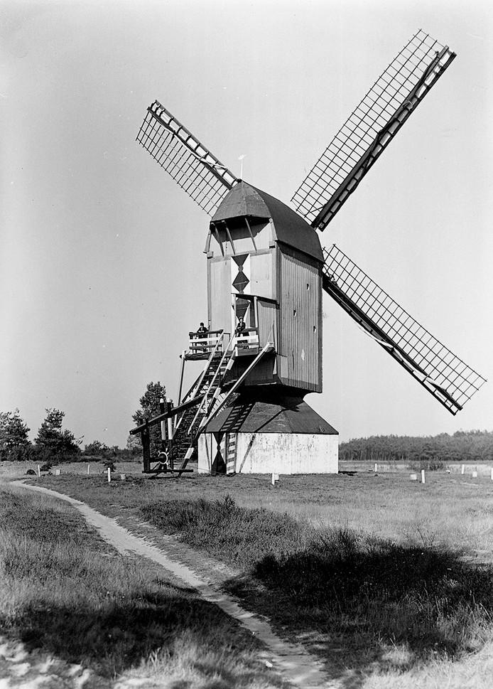 De Koeveringse molen in 1940, vier jaar voor deze afbrandde.